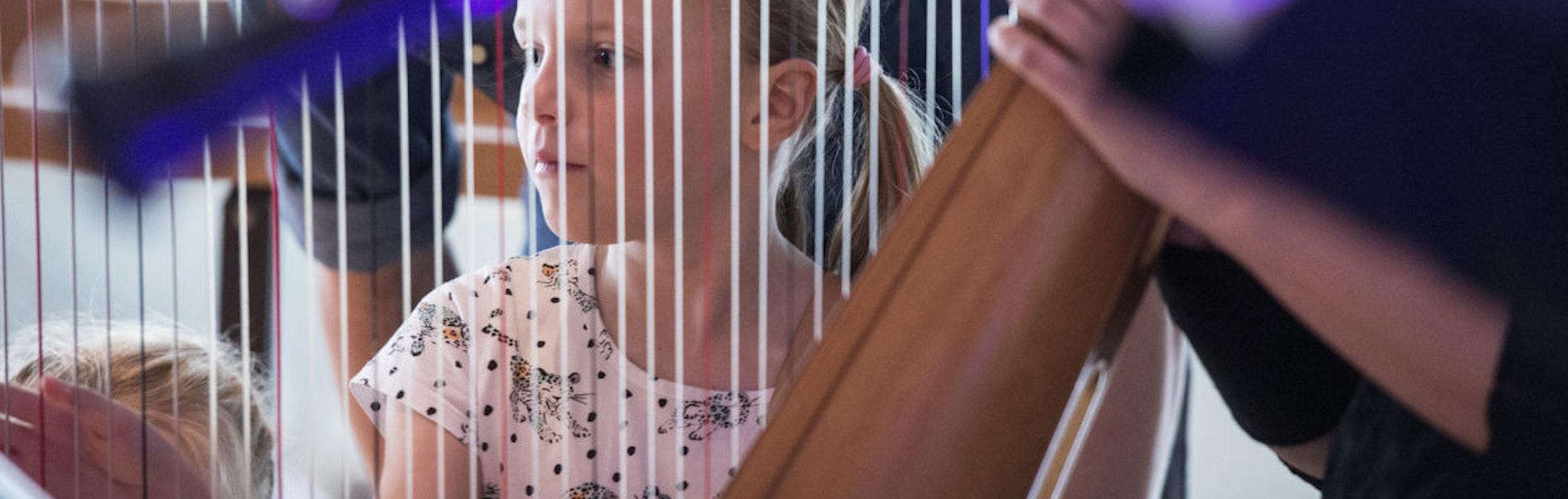 2017 Stavanger. Stavanger symfoniorkester (SSO) inviterte til åpen dag i Stavanger konserthus. Mange barn besøkte arrangementet. Bibi Kooij (8) spiller harpe sammen med søster Mia (3) og far Justin (42).